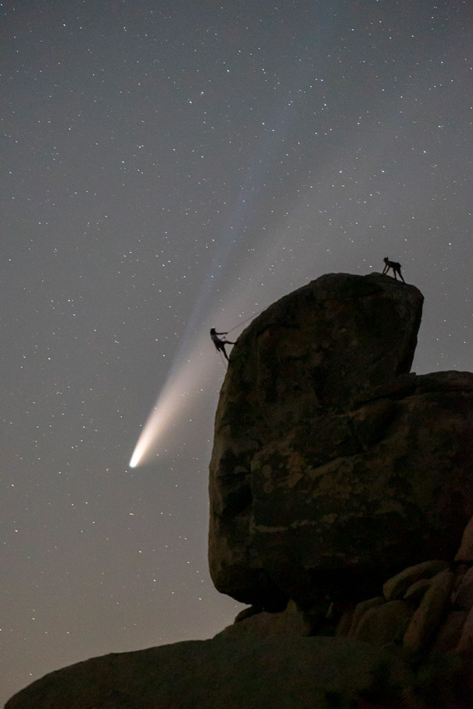 Comet Neowise over Heastone Rock in Josua Tree National Park (California, USA) by Chris Olivas