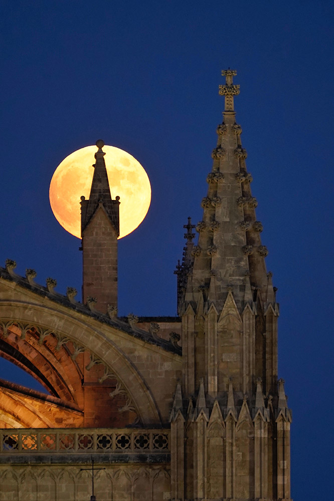 Full Moon with the Cathedral of Mallorca (Spain) by Jaume Llinàs