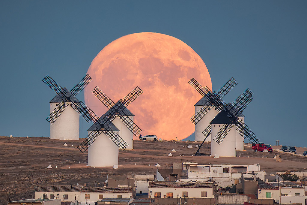 Full Moon rising behind the windmills of Campo de Criptana (Spain) by Jesús Manzaneque Arteaga