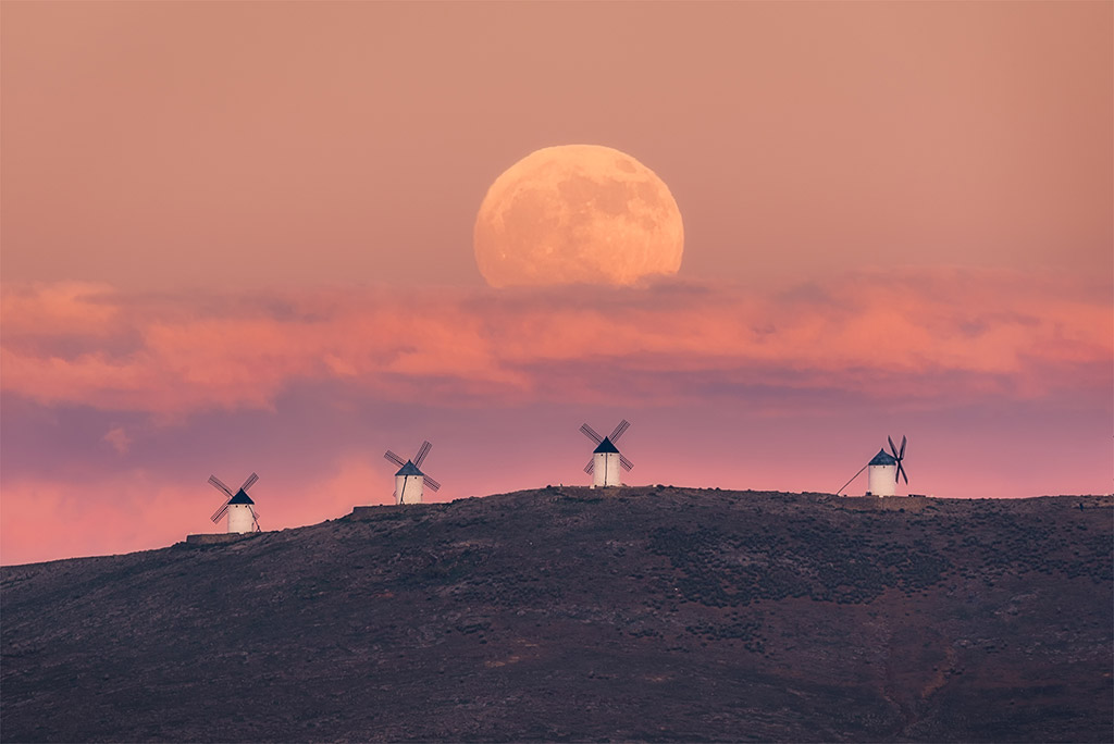 Moonrise on December 11, 2019 over the windmills of Consuegra (Spain) at Sunset by Juan López Ruiz