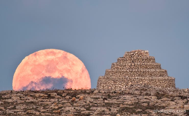 La belleza de la luna Moon-hut-side